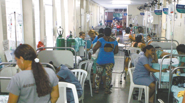 Retrato da saúde pública no Brasil: filas e atendimento nos corredores.