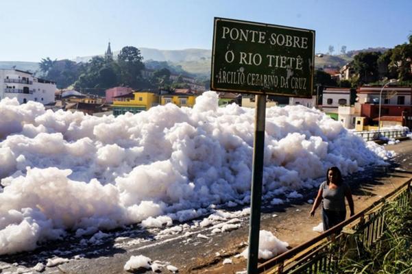 Efluentes lançados no rio Tietê.