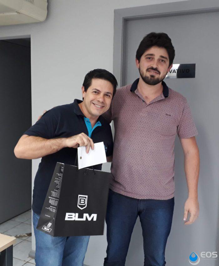 Premiação Paulo Mello Bortoncello ao lado do Gerente de Desenvolvimento, Willian Sander
