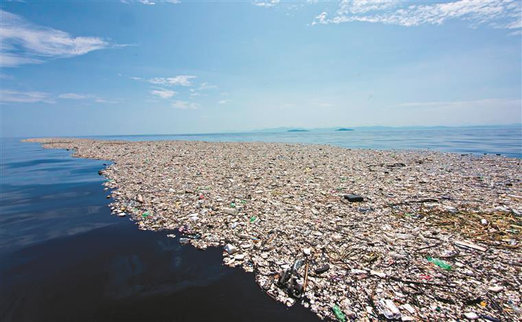 Resíduos sólidos e o plástico no mar