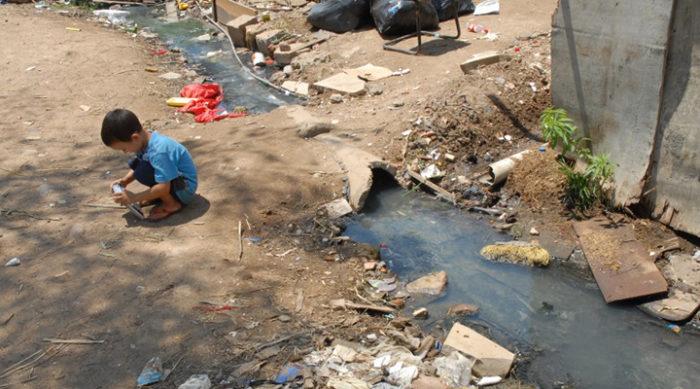 Falta de saneamento básico em locais pobres
