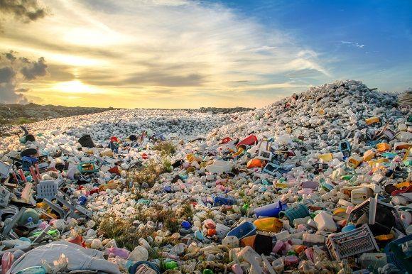 Montanha de plástico em lixão